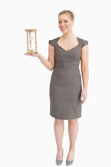 Femme tenant un sablier dans sa main