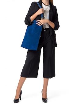 Femme tenant un sac à main isolé sur fond blanc