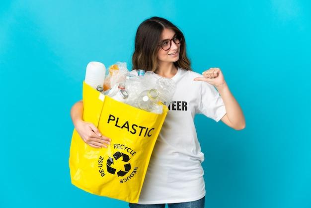 Femme tenant un sac plein de bouteilles à recycler isolé