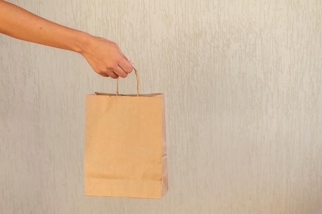 Femme tenant un sac à provisions en carton
