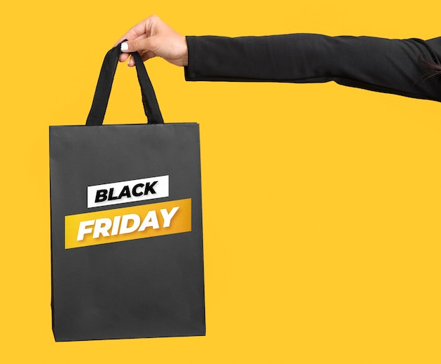 Femme tenant un sac shopping vendredi noir