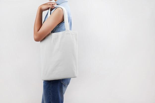 Femme tenant un sac en tissu écologique isoler sur fond gris