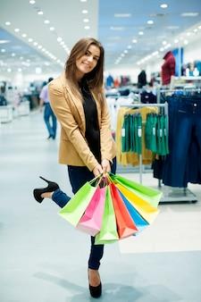 Femme tenant des sacs à provisions