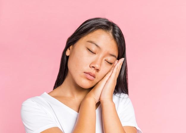 Femme tenant ses mains pour dormir