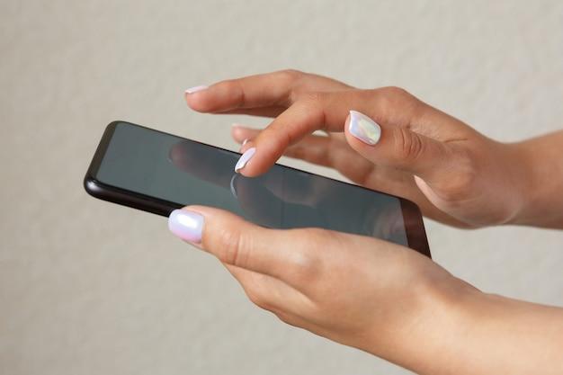 Femme tenant un smartphone dans ses mains
