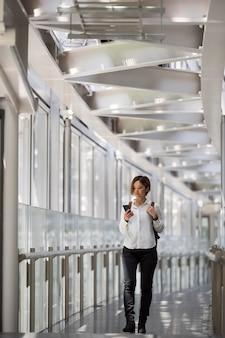 Femme tenant un smartphone plein coup