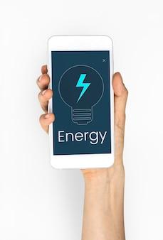 Femme tenant un smartphone avec le symbole de l'énergie