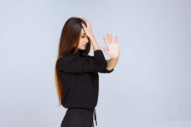 Femme tenant son front car elle a mal à la tête.