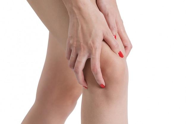 Femme tenant son genou dans la zone douloureuse-isolé sur fond blanc.
