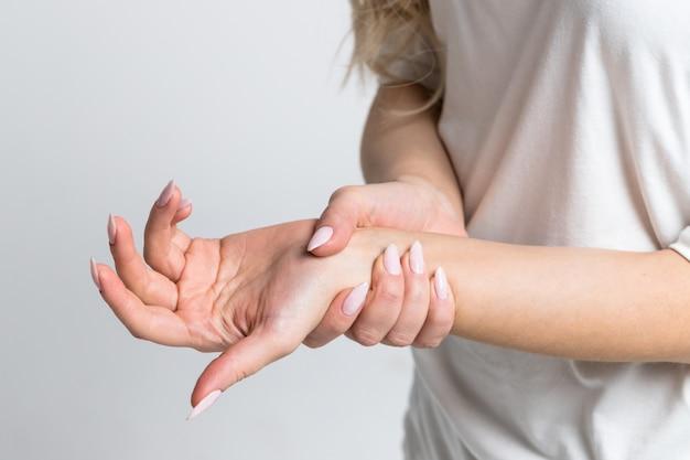 Femme tenant son poignet douloureux après le travail sur ordinateur, ordinateur portable. syndrome du canal carpien, arthrite