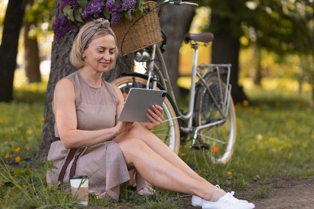Femme tenant une tablette complète