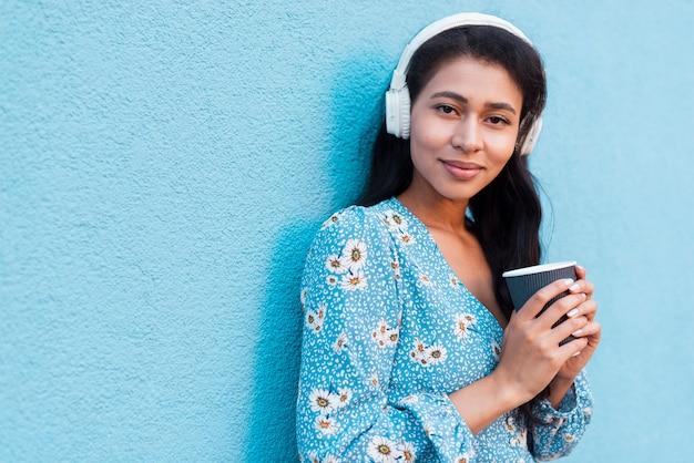 Femme tenant une tasse de café