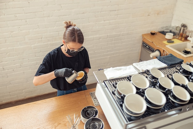Femme tenant une tasse et utilisant des outils spéciaux
