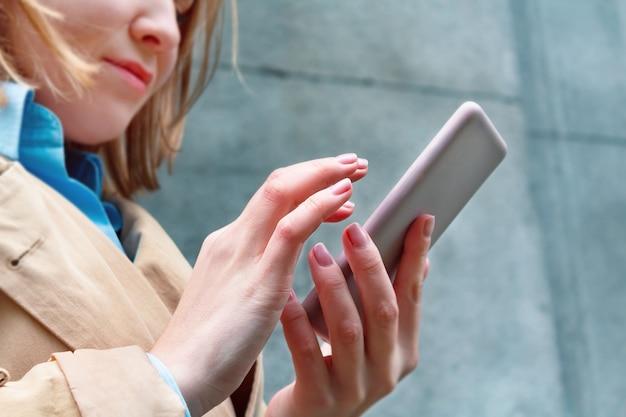 Femme tenant un téléphone portable à la main