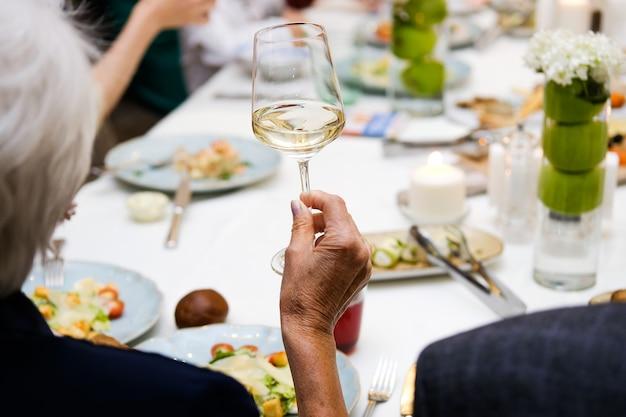 Femme tenant un verre de vin, fête