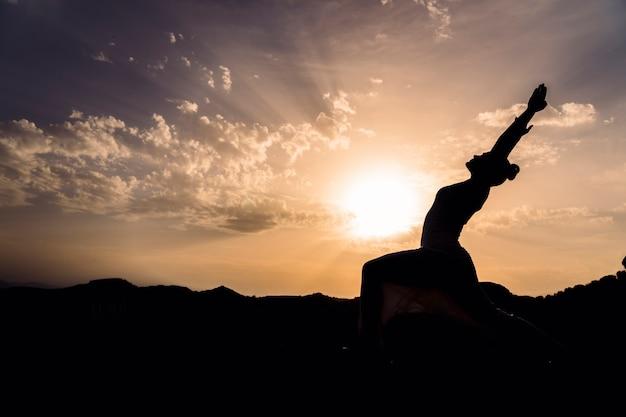 Femme tendue avec du yoga dans la nature