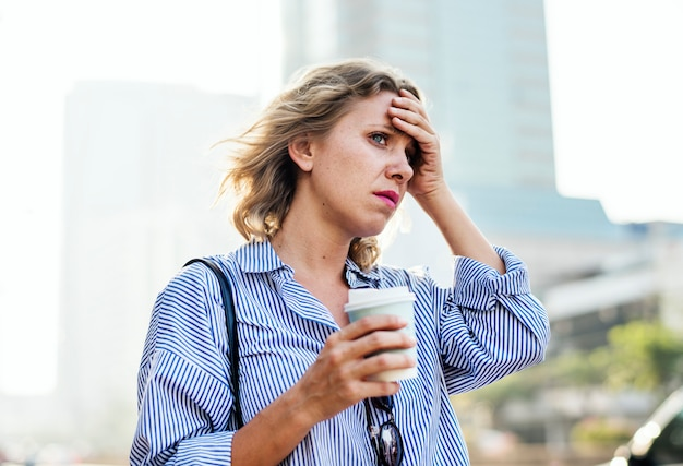 Une femme tendue est en retard au travail