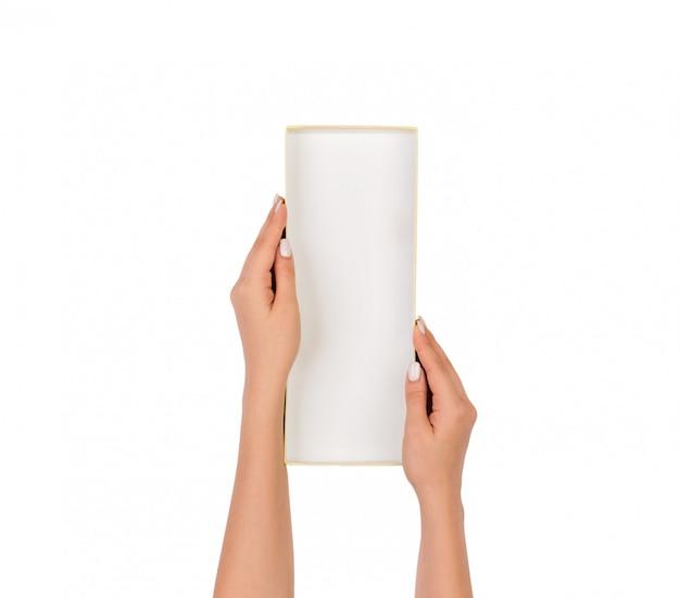Femme tenir un conteneur de boîte de papier vide blanc