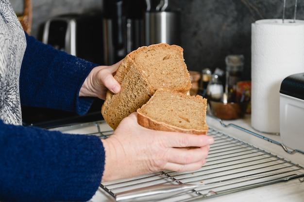Femme tenir deux morceaux de pain brun