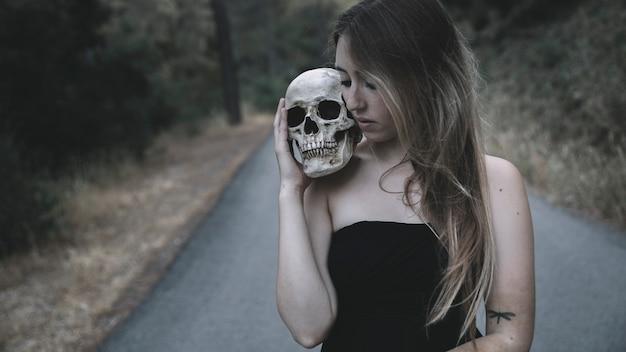 Femme, tenue, artificiel, crâne, épaule, debout, route