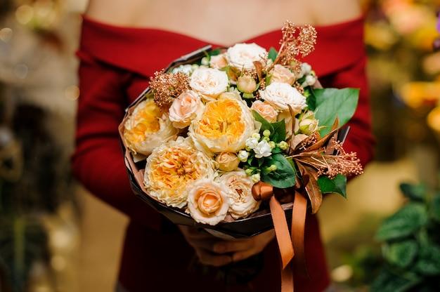 Femme, tenue, beau, bouquet fleurs, saint valentin