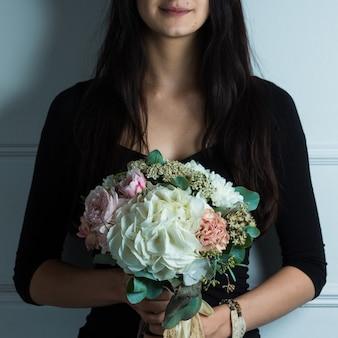 Femme, tenue, blanc, bouquet