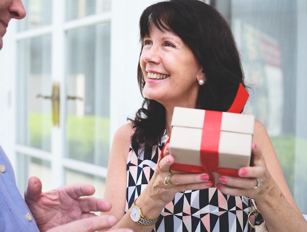 Femme, tenue, boîte, présent, arc rouge