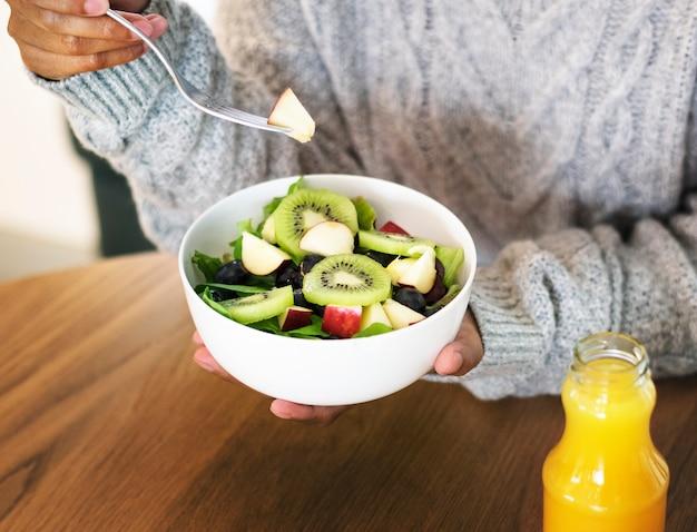 Femme, tenue, bol, salade mixte saine