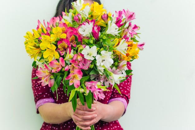 Femme, tenue, bouquet fleurs