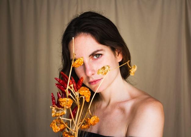 Femme, tenue, bouquet, piment