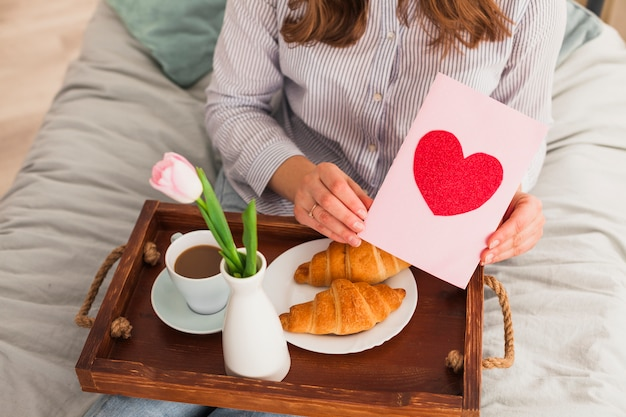 Femme, tenue, carte voeux, à, coeur rouge, dessin