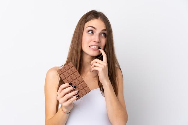 Femme, tenue, chocolat, isolé, mur
