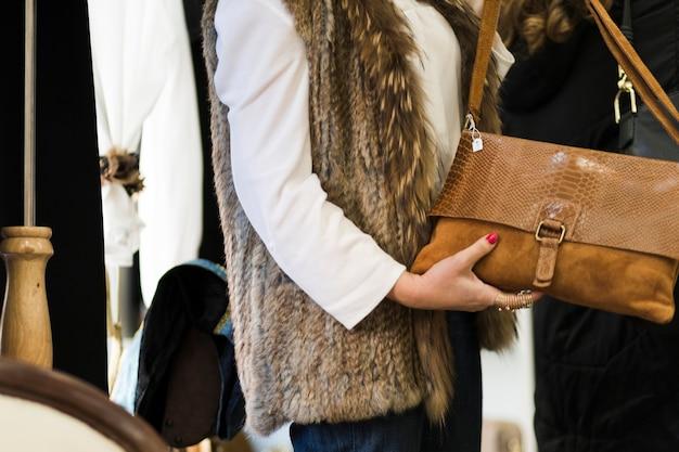 Femme en tenue décontractée tenant le sac à main