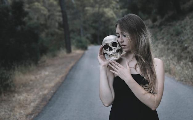 Femme, tenue, décoratif, crâne humain, épaule, debout, route