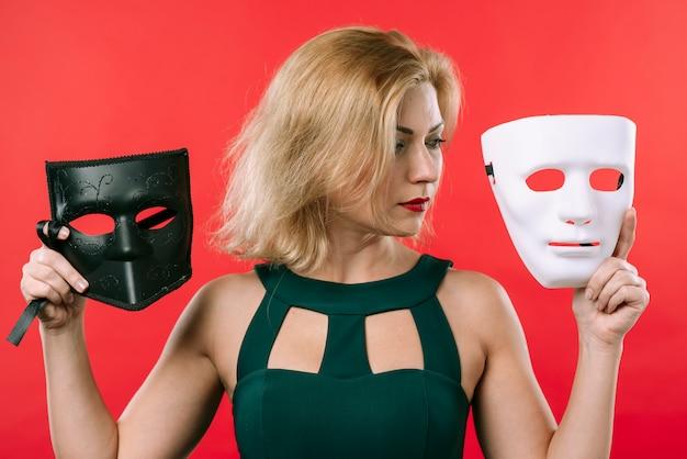 Femme, tenue, deux, masques, dans, mains