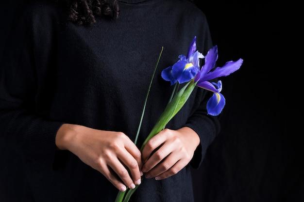 Femme, tenue, fleur bleue, dans, mains