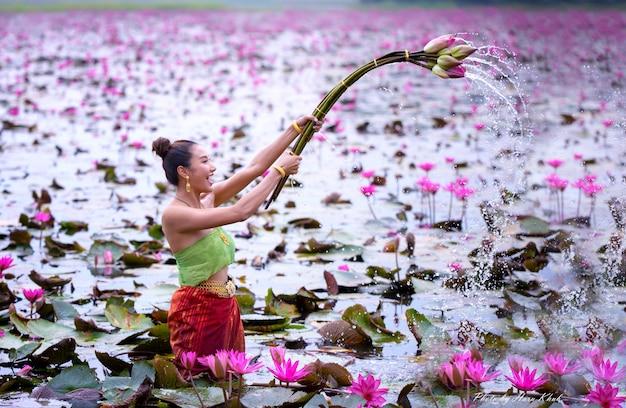 Femme, tenue, fleur rose, dans, lac