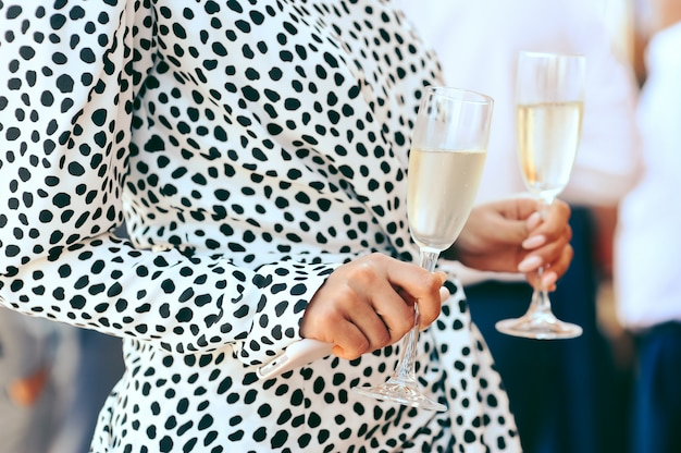 Femme, tenue, gobelets, champagne