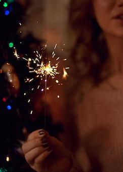 Femme, tenue, incandescent, cierge magique, dans, fête