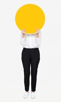 Femme, tenue, jaune, rond