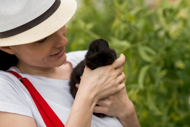 Femme, tenue, lapin noir