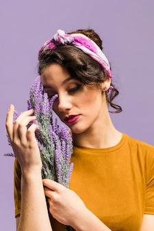 Femme, tenue, lavande, fleurs, portrait