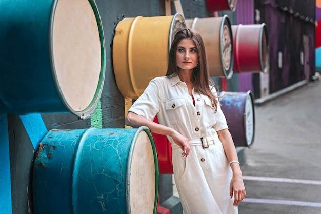 Femme en tenue légère dans la rue, mode de prise de vue femme