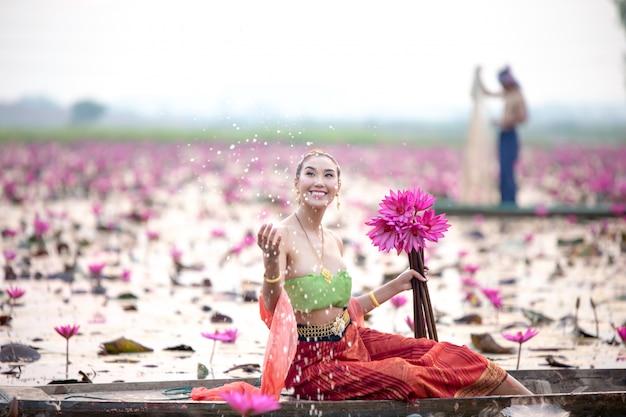 Femme, tenue, lotus, assis, bateau, lac