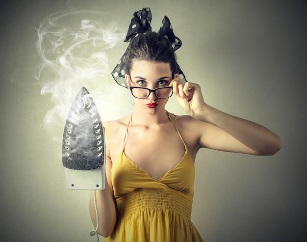 Femme, tenue, machine fer