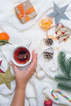 Femme, tenue, mains, chaud, thé noël, à, canne sucre, contre, décorations, coffrets cadeaux