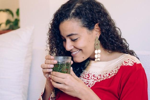 Femme, tenue, mains, vert, arabe, thé