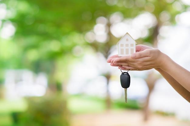 Femme, tenue, maison, voiture, clé, vert