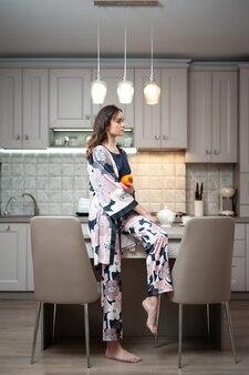 Femme en tenue de nuit dans la cuisine
