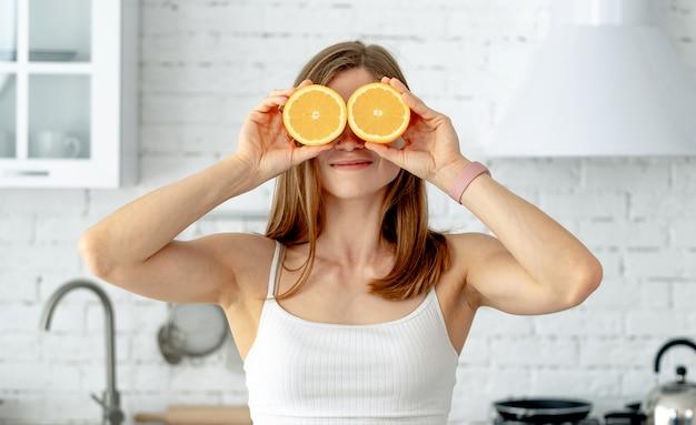 Femme, tenue, oranges, devant, elle, yeux